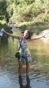 Miriam feliz por encontrar agua fresca.