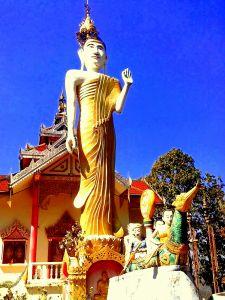 Buda de pie de Wat Phra That Doi Kong Mu