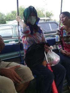 Señora con mascarilla en la camioneta