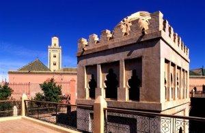 Koubba Ba'adiyn con el alminar de la mezquita de la Koutoubia de fondo.